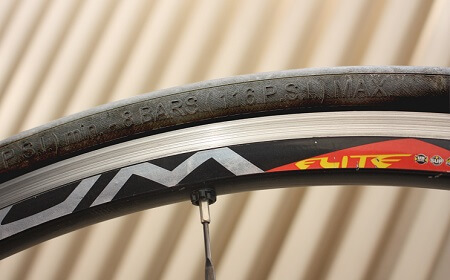 Inscription of the minimum and maximum permissible tyre pressure on tyre flank